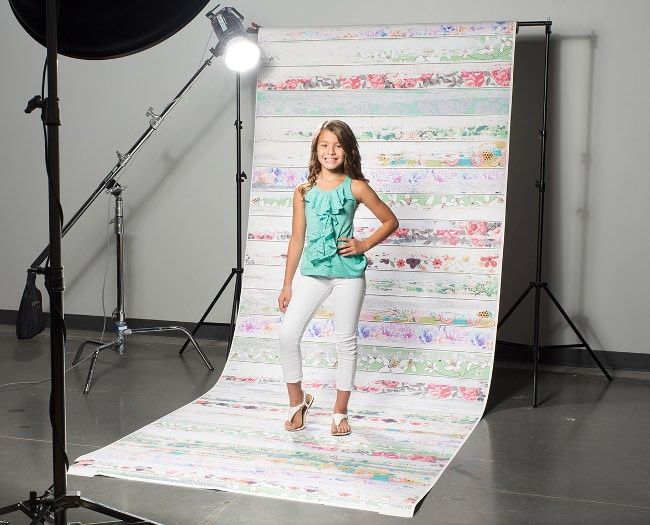Use A Piece Of Cloth And A Cardboard To Create A Portable And Inexpensive Seamless Background System
